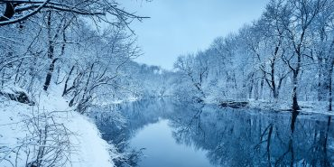 Fluss in der Winterlandschaft
