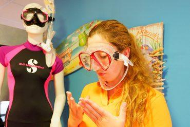 Frau mit Taucherbrille