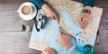 Landkarte auf braunem Holztisch